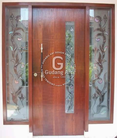 Memasang Kaca Patri Untuk Pintu Utama Agar Rumah Lebih Modern