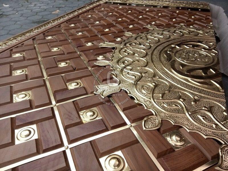 Detail kerajinan replika pintu nabawi